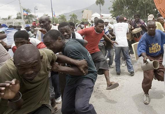 Durante manifestação pela saída do presidente haitiano René Préval, em 2010, houve confronto com a polícia (Foto de Tiago Queiroz/AE)