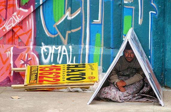Morador de rua improvisa uma cabana com publicidade política (Foto de Tiago Queiroz/AE)