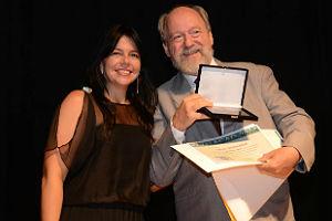 Mário Kaphan recebendo prêmio