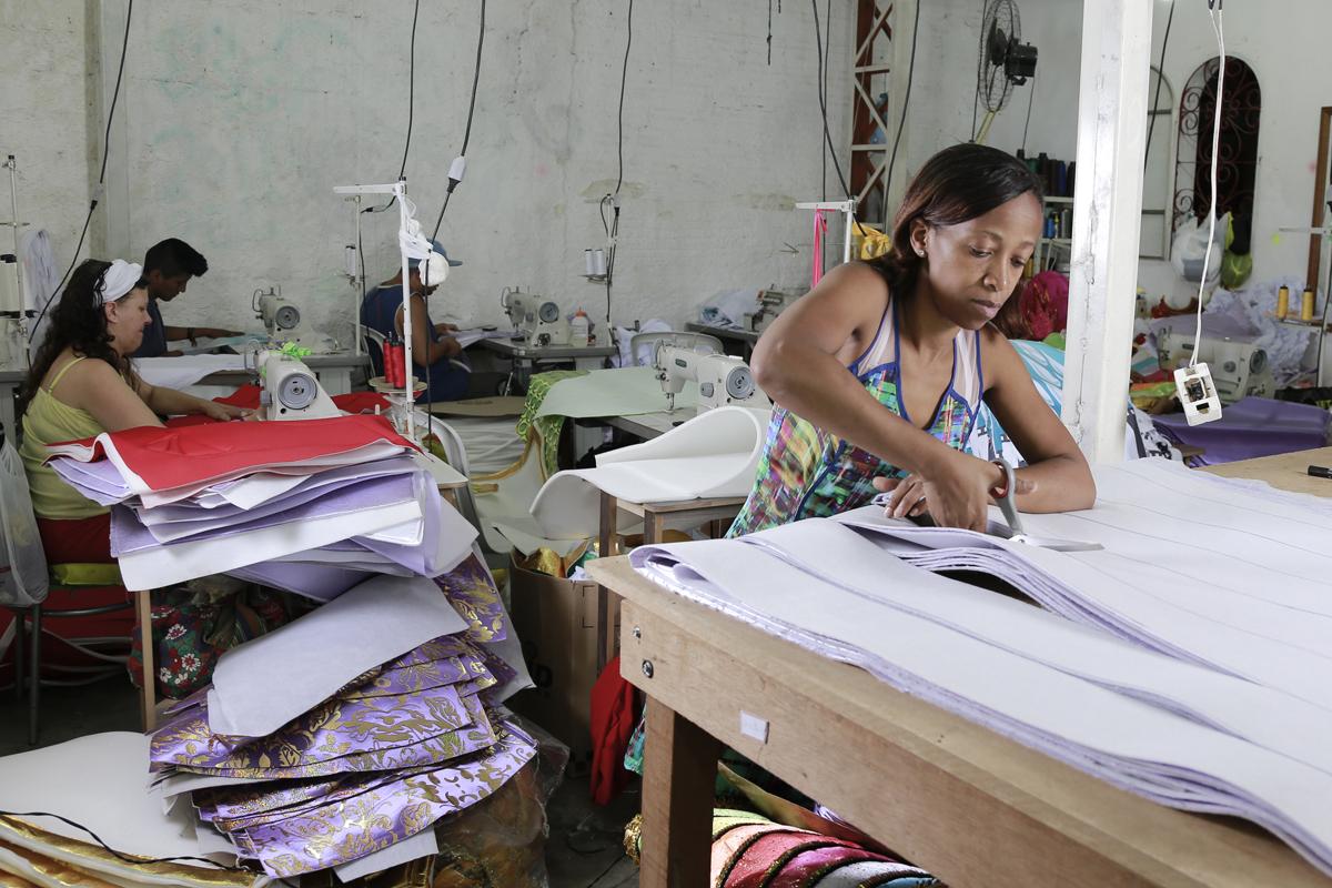 Carnaval: escola X-9 Paulistana costureira Lucila Fernanda dos Santos Abreu