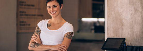 Tatuagem no trabalho e no processo seletivo. O que fazer com ela?