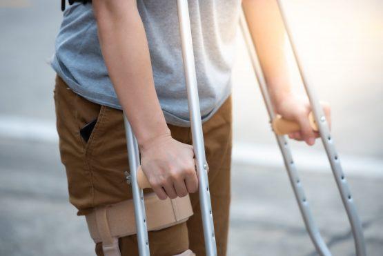 Pessoa com deficiência usa muletas