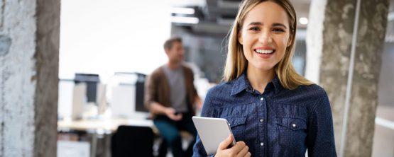 Jovem profissional sorri no ambiente de trabalho