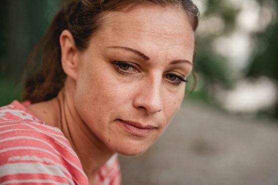 mulher com expressão de angústia