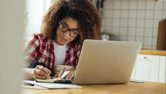 Mulher aprende online pelo computador