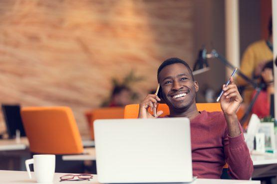 profissional sorri ao falar pelo celular